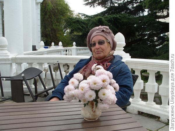 Зоя Андрюшенкова, ведущая в настоящее время в Саду селекцию мелкоцветковых дендрантем, фото автора