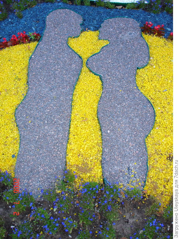 Мужчина и женщина - фрагмент цветника на выставке