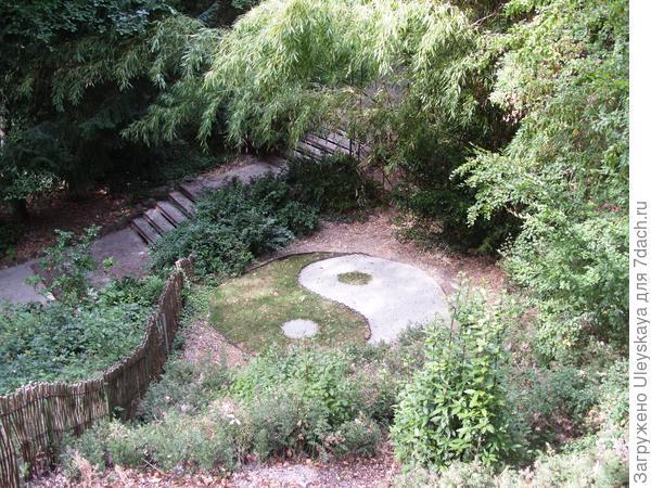 Инь-ян в Приморском парке Никитского ботанического сада