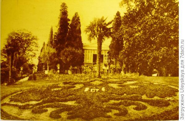 Клумба в виде герба Российской империи перед домом Ришелье в Гурзуфе. Старинная открытка.