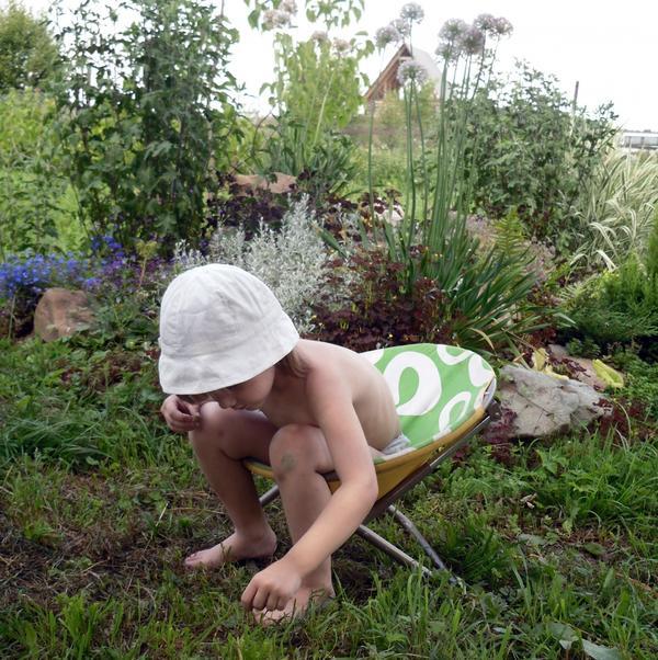 Аленка в саду