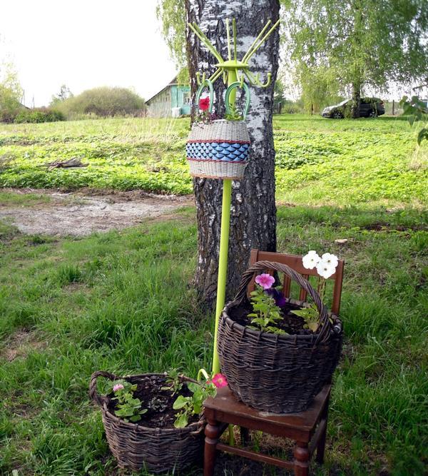 Цветник с вешалкой