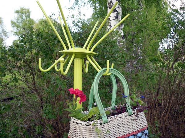Еще одна идея цветника из подручных материалов