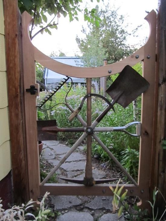 Калитка из огородных инструментов