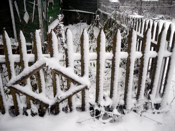 Забор в снегу