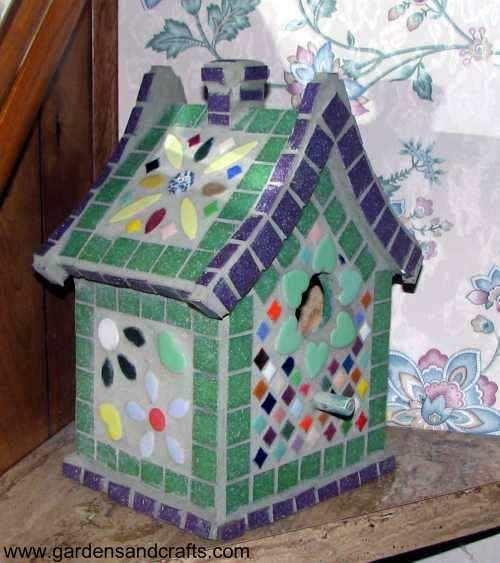 Птичий домик, украшенный мозаикой
