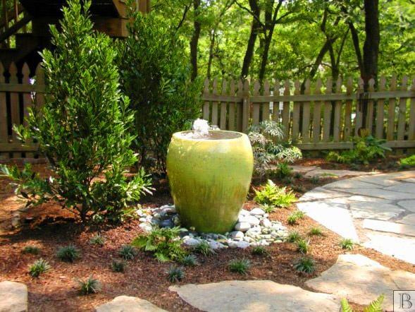 Миниатюрный фонтанчик в саду