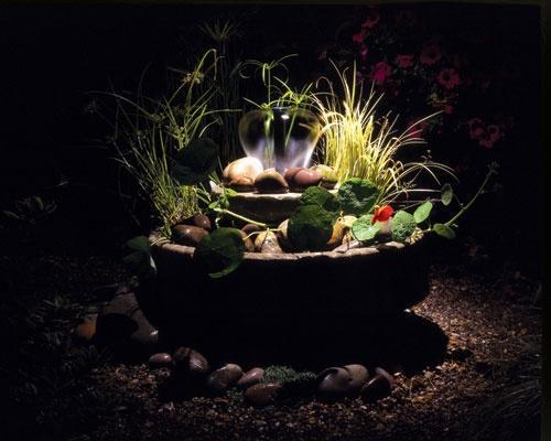 Садовый фонтанчик с подсветкой