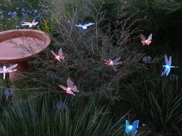 Светящиеся бабочки в саду