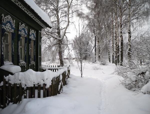 Деревенский дом среди сугробов