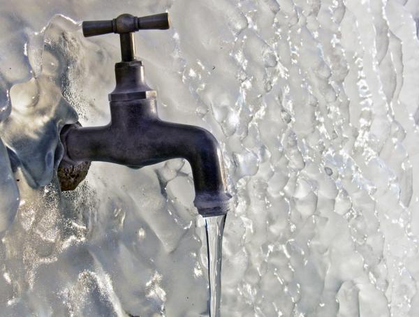 Вода из замерзшего крана