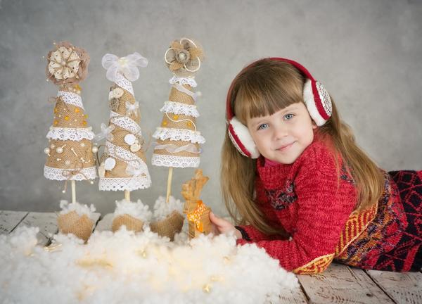 Девочка с самодельными елочками