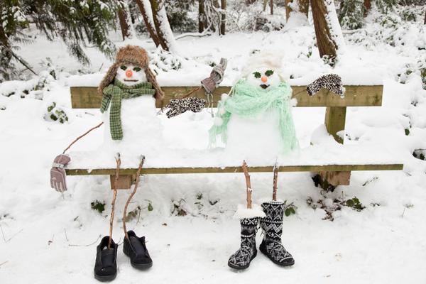 Снеговики на скамейке