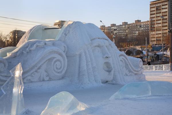 Снежная горка-скульптура