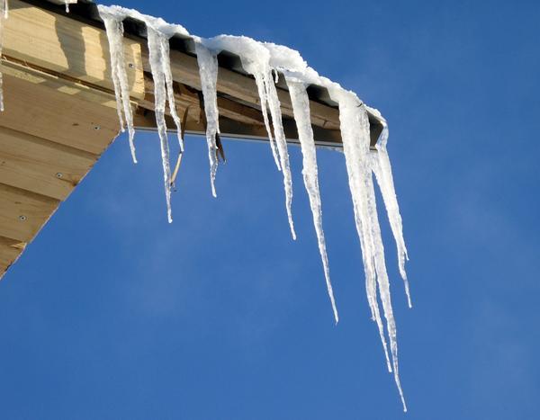 Сосульки - следы зимней оттепели