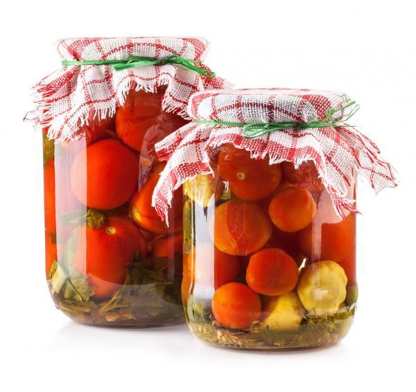 Банки с консервированными томатами