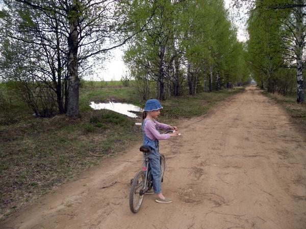 Летом здорово разъезжать по окрестностям на велосипеде