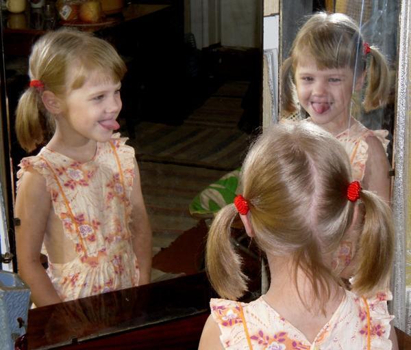 А еще можно корчить рожицы перед старым зеркалом