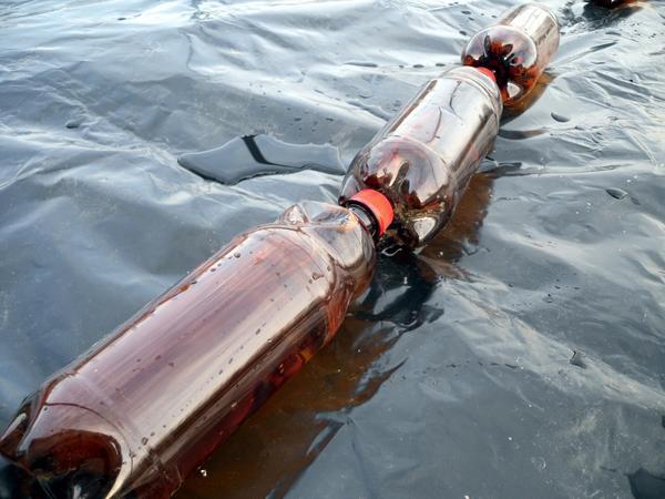 Темные пластиковые бутыли с водой тоже должны сыграть роль накопителей тепла