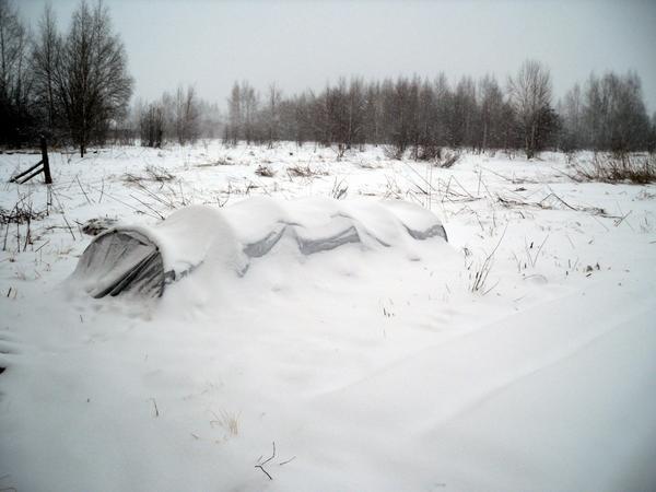 Парник потихоньку засыпает снегом