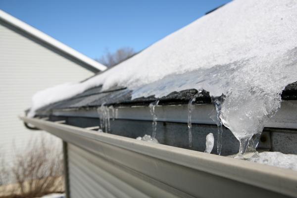 Правильно смонтированный водосток не пострадает от снега и льда