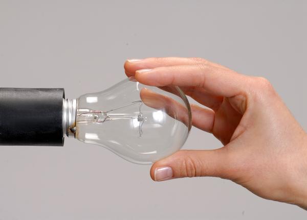 Иногда, чтобы решить проблему, достаточно заново ввернуть лампочку