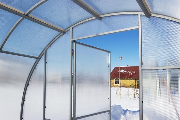 В зависимости от толщины поликарбоната делается расчет конструкции теплицы