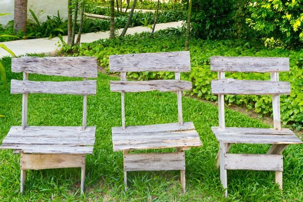 Три деревянных стула