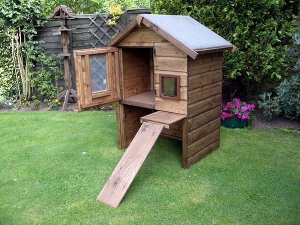 Высокий деревянный домик для кошек, фото с сайта woodenart.org.uk