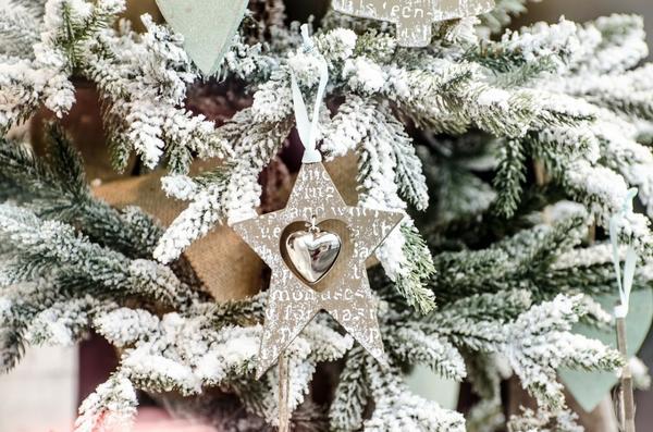 Простые, но изящные романтические украшения для елки