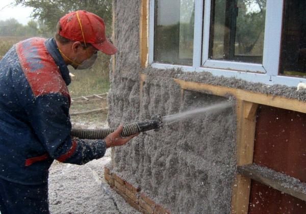 Эковату наносят при помощи напылителя или вручную. Фото из интернета