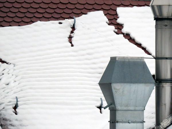 Во время оттепелей тающий снег сходит с крыш