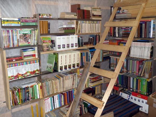 """Полки для книг - сделаны """"из отходов производства"""""""