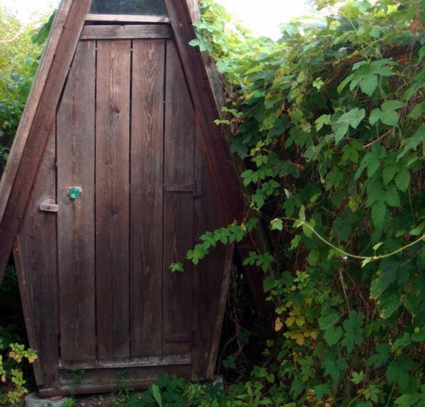 Уютный деревянный клозет