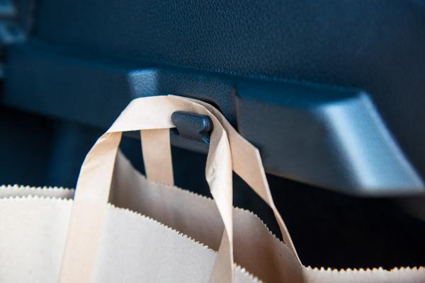 Крючок для сумки - мелочь, а удобно