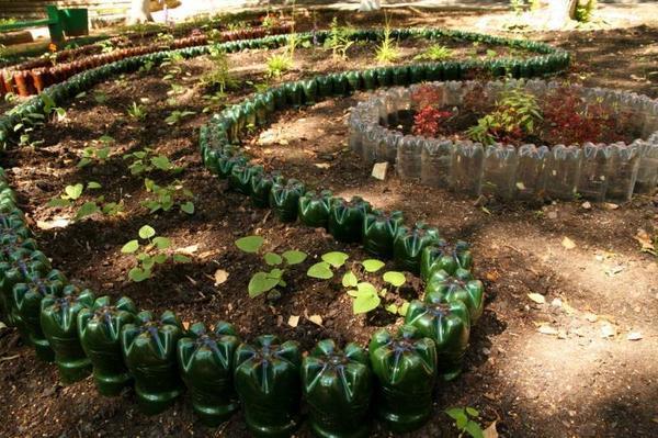 Клумбы из пластиковых бутылок. Фото с сайта sunlady-life.ru
