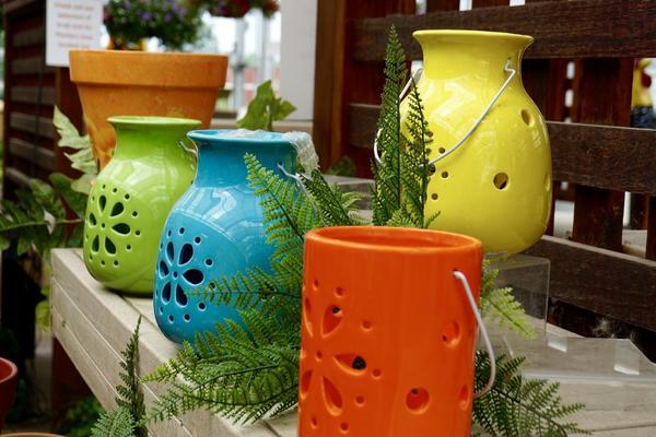 Необычные цветочные контейнеры - оригинальное украшение участка