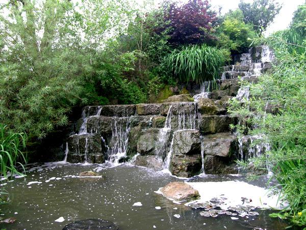 Водопад - эффектное сооружение, которое должно быть грамотно вписано в ландшафт