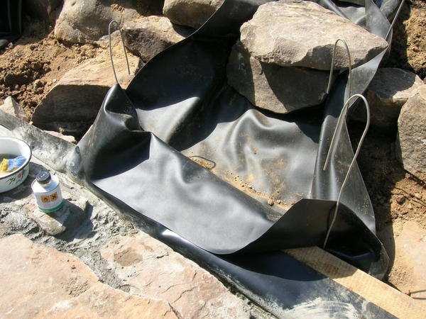 Гибкие гидроизолирующие материалы надежно соединяются специальным клеем