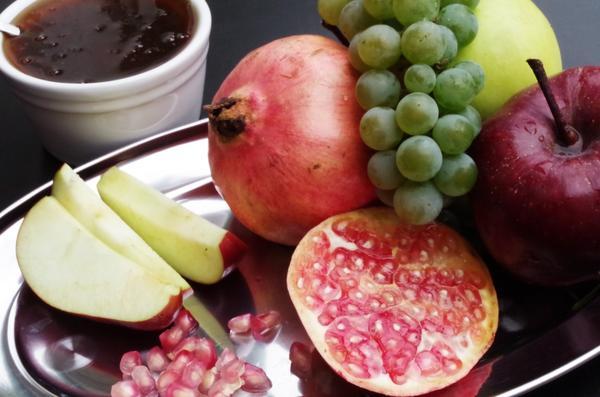 На столе обязательно должны быть яблоки с медом, гранат, много фруктов и овощей