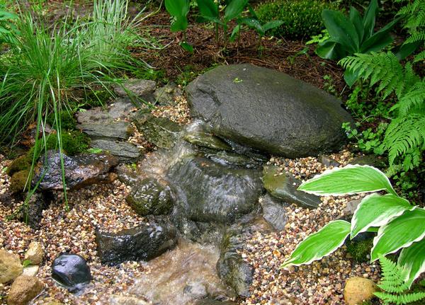 С особым вниманием надо подбирать камни для оформления истока, устья, перекатов
