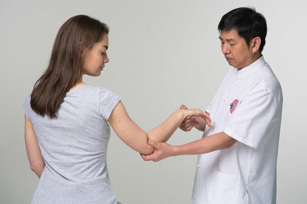 Китайский врач лечит не отдельно взятый орган - он настраивает работу всего организма
