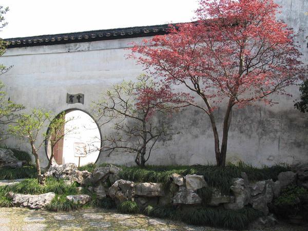 Стена китайского сада служит и символическим, и эстетическим, и практическим целям