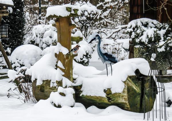 Садовые скульптуры и другие малые архитектурные формы могут как дополнить ландшафт, так и испортить его