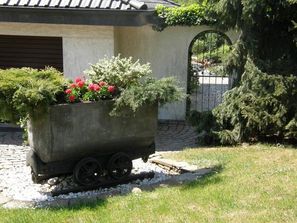 Шахтная вагонетка, приспособленная под цветник
