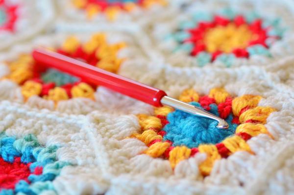 Спицами или крючком можно связать не только практичные, но и стильные вещи