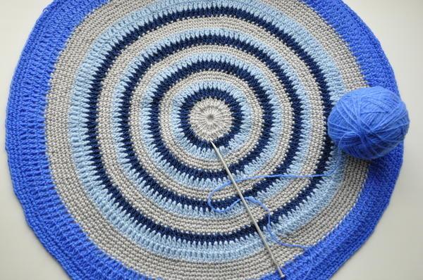 Крючком или спицами можно связать коврик практически любого размера и конфигурации