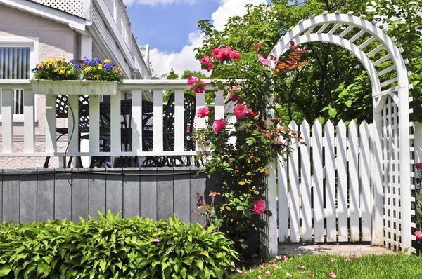 Такой забор поможет укрыться от нескромных взглядов, но при этом останется изящным и стильным