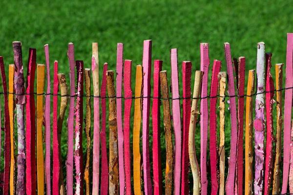 Разноцветный частокол: сделать оригинальный забор можно из чего угодно!