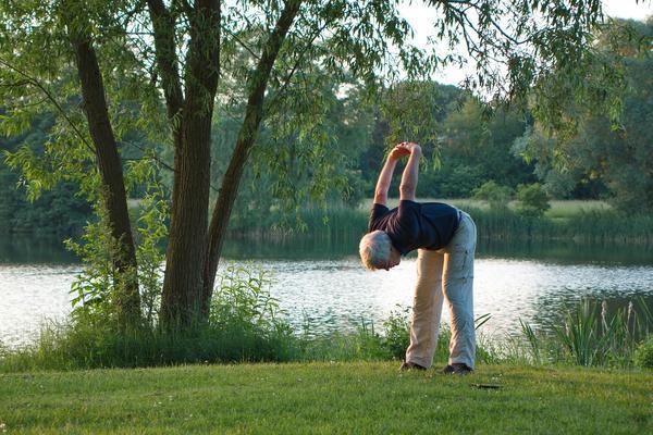 Некоторые упражнения можно выполнять прямо на грядке...